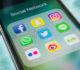 Zaměstnanci v práci na mobilu stráví skoro dvě hodiny denně